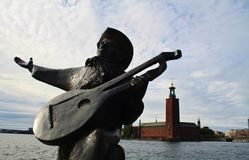 Estatua graciosamente a través del ayuntamiento de Estocolmo Imagen de archivo libre de regalías