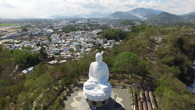 Estatua grande de Buda de la encuesta aérea almacen de video