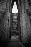Estatua grande de Buda dentro del mondop en Sukhothai Foto de archivo