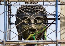 Estatua grande de Buda en el nuevo pasillo de la ordenación (bajo construcciones) Fotografía de archivo