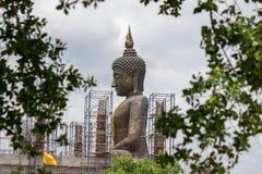 Estatua grande de Buda en el nuevo pasillo de la ordenación (bajo construcciones) Fotos de archivo libres de regalías