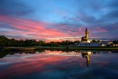 Estatua grande de Buda en el parque en tiempo del susset Fotos de archivo