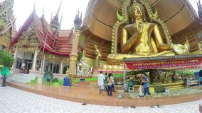 Estatua grande de Buda en Tiger Cave Temple Wat Tham Sua, provincia de Kanchanaburi, Tailandia almacen de metraje de vídeo