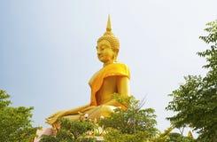 Estatua grande de Buda que se sienta en el templo de Bangkok fotografía de archivo libre de regalías