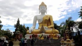 Estatua grande de buddha en Tailandia almacen de metraje de vídeo