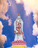 Estatua grande de dios de Guanyin en templo Foto de archivo
