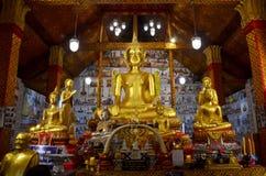 Estatua grande de oro de Buda para la rogación y el respecto de la gente Fotografía de archivo libre de regalías