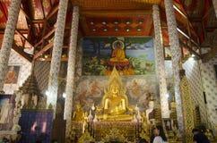 Estatua grande de oro de Buda en el ubosot para la rogación y el respec de la gente Foto de archivo libre de regalías