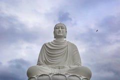Estatua grande de un Buda blanco en la posición de loto Imágenes de archivo libres de regalías