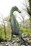 Estatua grande del Edmontosaurus que se coloca en Rocky Ground Imagenes de archivo