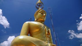 Estatua grande del oro de Buda en Asia almacen de video