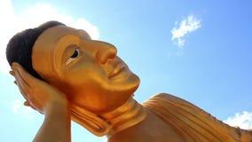 Estatua grande religiosa de Buda, Wat Lipon, Phuket Tailandia almacen de metraje de vídeo