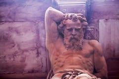 Estatua griega de dios de la mitología imagenes de archivo