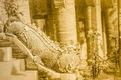 Estatua hermosa de la mamá, el animal mítico del guarda en Wat Phr Fotografía de archivo