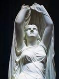 Estatua hermosa de una mujer angelical Fotos de archivo libres de regalías