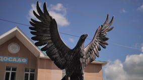 Estatua hermosa hermosa del metal de un águila La cámara está en el movimiento metrajes