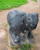 Estatua hindú arruinada de dios en el templo de mi santuario del hijo en Quang Nam, Vietnam Fotos de archivo