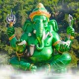 Estatua hindú grande verde de dios de Ganesha con el fondo de la montaña Fotos de archivo libres de regalías