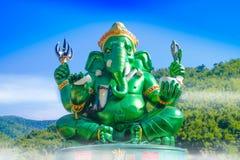 Estatua hindú grande verde hermosa de dios de Ganesha con el cielo azul Imagen de archivo libre de regalías
