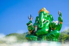 Estatua hindú grande verde hermosa de dios de Ganesha con el cielo azul Imagen de archivo
