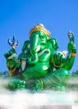 Estatua hindú grande verde hermosa de dios de Ganesha con el cielo azul Foto de archivo