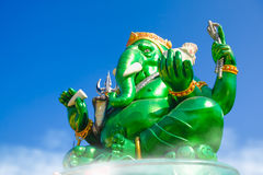Estatua hindú grande verde hermosa de dios de Ganesha con el cielo azul Fotografía de archivo libre de regalías