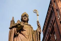 Estatua histórica de Bischof Ansgar en Hamburgo imágenes de archivo libres de regalías