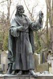 Estatua histórica en el cementerio viejo de Praga del misterio, República Checa fotos de archivo