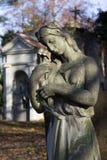 Estatua histórica en el cementerio viejo de Praga del misterio, República Checa imagen de archivo