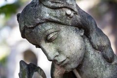 Estatua histórica en el cementerio viejo de Praga del misterio, República Checa foto de archivo