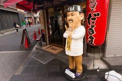 Estatua humana de la forma delante del restaurante Fotos de archivo