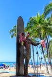 Estatua icónica de Duke Kahanamoku en la playa de Waikiki, Honolulu, Hawaii foto de archivo
