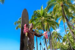 Estatua icónica de Duke Kahanamoku en la playa de Waikiki, Honolulu, Hawaii fotos de archivo libres de regalías