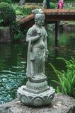 Estatua japonesa al lado de un lago hermoso fotos de archivo