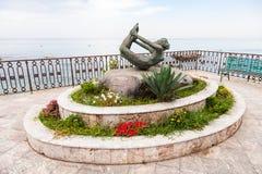 Estatua L ` Arco en la costa en Giardini Naxos Imagenes de archivo