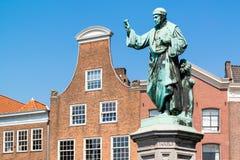 Estatua Laurens Coster en la plaza del mercado en Haarlem, Países Bajos Imagen de archivo