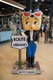Estatua linda de la muñeca en los grandes almacenes de Ekamai de la entrada para la recepción fotografía de archivo