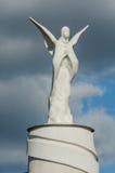 Estatua llana del ángel en un fondo oscuro del cielo Imágenes de archivo libres de regalías