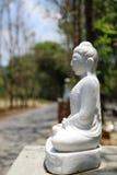 Estatua mable blanca de Buda Imágenes de archivo libres de regalías