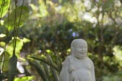 Estatua masculina asiática de risa en el jardín botánico Spring Hill, la Florida Imagen de archivo