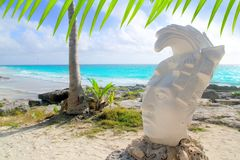 Estatua maya de la cara de la playa del Caribe de Tulum México Imagen de archivo libre de regalías