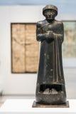 Estatua negra de un manin la lente del Louvre Imagen de archivo libre de regalías