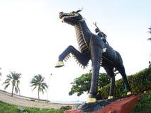 Estatua negra del caballo del dragón que se coloca en la playa RAYONG de SUAN-SON Imágenes de archivo libres de regalías