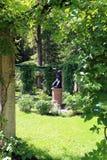 Estatua negra vieja en el parque del verano foto de archivo