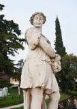 Estatua, paredes, río, árboles y calle en Castelfranco Véneto, en Italia Imagen de archivo libre de regalías