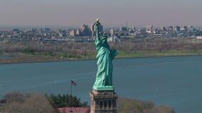 Estatua que circunda de la libertad almacen de metraje de vídeo