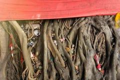 Estatua quebrada de Buda y muñecas religiosas viejas debajo del árbol en Thail Imagenes de archivo