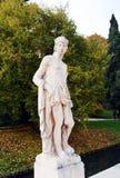 Estatua, río, árboles y calle masculinos en Castelfranco Véneto, en Italia Fotografía de archivo libre de regalías