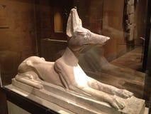 Estatua reclinada de Anubis en museo de arte metropolitano Imágenes de archivo libres de regalías
