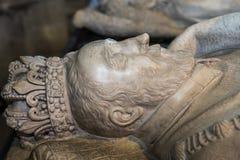 Estatua reclinada de rey Henri II, en la basílica de St Denis Foto de archivo